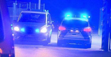 Die Polizei rückte mit etlichen Einsatzkräften und Fahrzeugen aus, da einAnschlag zunächst nicht ausgeschlossen werden konnte. Foto: Guido Schulmann/tv-niederrhein/dpa