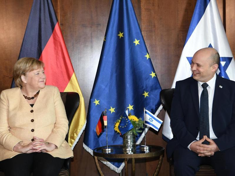 Am Sonntagmorgen traf Merkel Israels Ministerpräsident Naftali Bennett. Anschließend kam sie auch mit dem israelischen Kabinett zusammen. Foto: Amos Ben-Gershom/GPO/dpa