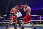 Dominic Bösel (l) boxt gegen Robin Krasniqi. Foto: Ronny Hartmann/dpa
