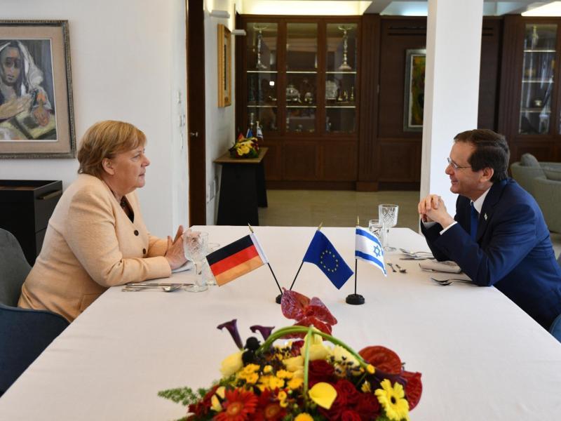 Merkel im Gespräch mit dem israelischen Präsidenten Izchak Herzog. Foto: Haim Zach/Israel Gpo/ZUMA Press Wire/dpa