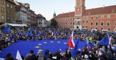 Eine Pro-EU-Demonstration in Warschau. Foto: Czarek Sokolowski/AP/dpa