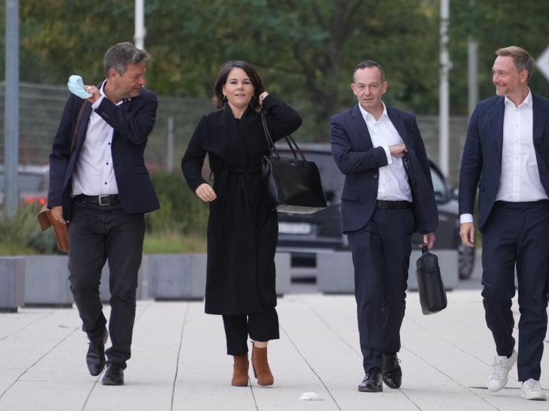 Die Bundesvorsitzenden der Grünen,Robert Habeck (l.) und Annalena Baerbock, gemeinsam mit FDP-Generalsekretär Volker Wissing und FDP-Chef Christian Lindner. Foto: Kay Nietfeld/dpa