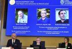 Goran K. Hansson (M), Staatssekretär der Königlich Schwedischen Akademie der Wissenschaften, verkündet den Nobelpreis für Wirtschaftswissenschaften 2021. Foto: Claudio Bresciani/TT NEWS AGENCY via AP/dpa