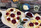 Einmal Flammkuchen mit Ziegenfrischkäse, einmal mit Limburger - aber beide mit Pfifferlingen und Roter Bete. Passt perfekt zu den Farben des Herbstes. Foto: Mareike Pucka/biskuitwerkstatt.de/dpa-tmn/Illustration