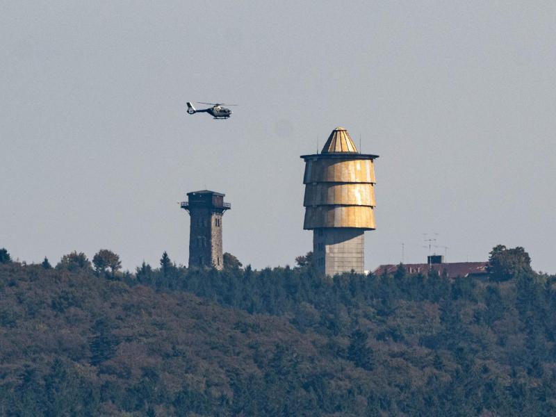 Mit einem Hubschrauber wird am Berg Cerchov nach dem verschwundenen Mädchen gesucht. Foto: Armin Weigel/dpa