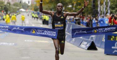 Benson Kipruto aus Kenia durchbricht das Zielband und siegt bei der 125. Auflage des Boston Marathons. Foto: Winslow Townson/AP/dpa