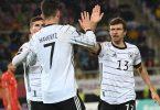Torschütze Kai Havertz (M) freut sich mit Teamkollegen Thomas Müller (r) und Timo Werner über sein Tor zur deutschen Führung. Foto: Federico Gambarini/dpa