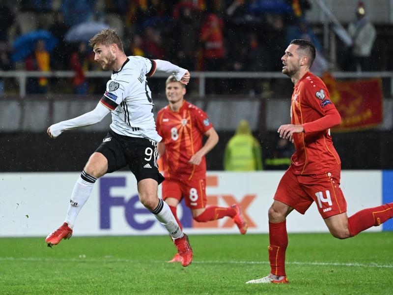 Stürmer Timo Werner (l) belohnt sich für eine engagierte Leistung mit dem Treffer zum 2:0. Foto: Federico Gambarini/dpa