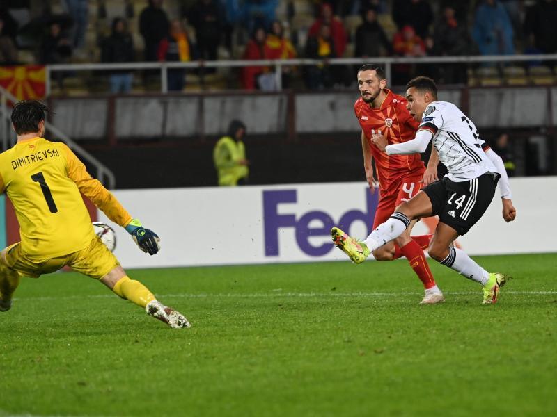 Super-Talent Jamal Musiala (r) setzt nach seiner Einwechslung gegen Nordmazedonien mit dem 4:0 den Schlusspunkt. Foto: Federico Gambarini/dpa