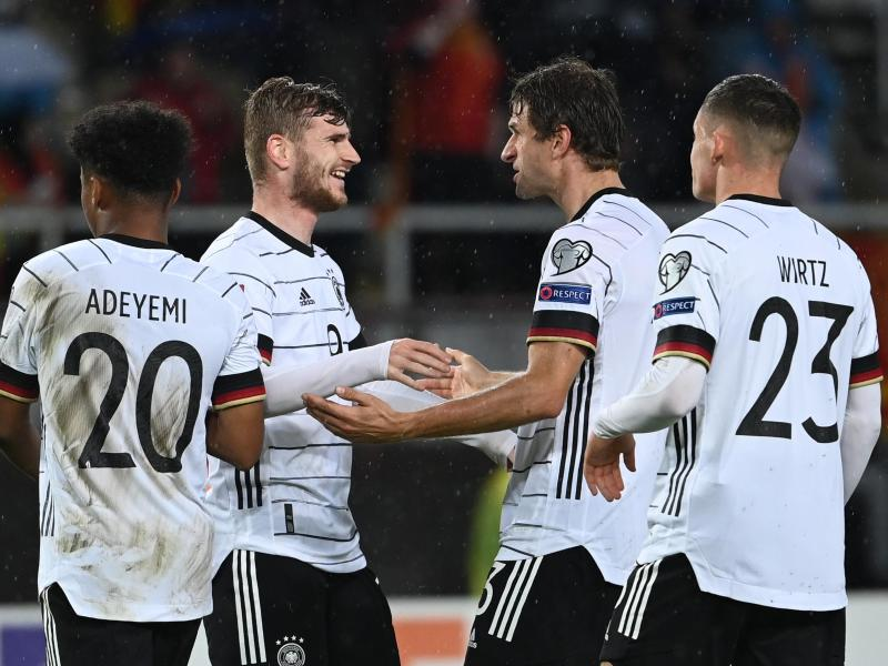 Doppeltorschütze Timo Werner (2.v.l) feiert mit Karim Adeyemi (l-r), Thomas Müller und Florian Wirtz das gelöste WM-Ticket für Katar. Foto: Federico Gambarini/dpa