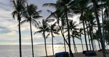 Ein leerer Strand in Pattaya. Nun sollen die Touristen zurückkehren. Foto: Watt Thongdee/dpa