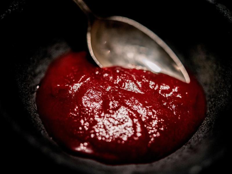 Wer den Rote-Bete-Aufstrich statt Ketchup mit Pommes frites verbindet, bringt die Fritten groß raus. Mit Gemüsebrühe wird der Rote-Bete-Aufstrich auch ganz schnell zur Gazpacho. Foto: Zacharie Scheurer/dpa-tmn