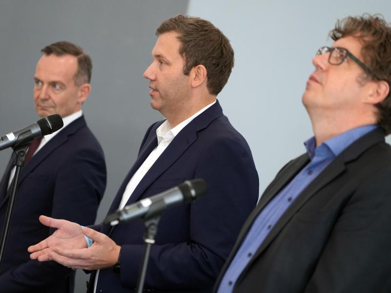 Volker Wissing (l.), FDP-Generalsekretär, Lars Klingbeil (M.), SPD-Generalsekretär, und Michael Kellner, Bundesgeschäftsführer von Bündnis 90/Die Grünen, nach den Sondierungsgesprächen in Berlin. Foto: Kay Nietfeld/dpa