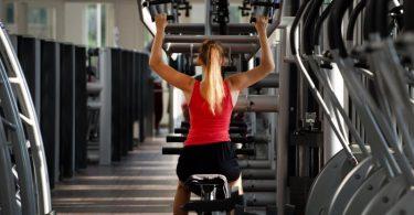 Trainingsgeräte «führen» die Bewegung, was das Risiko von Fehlern während der Übung senkt. Foto: Franziska Gabbert/dpa-tmn/Illustration