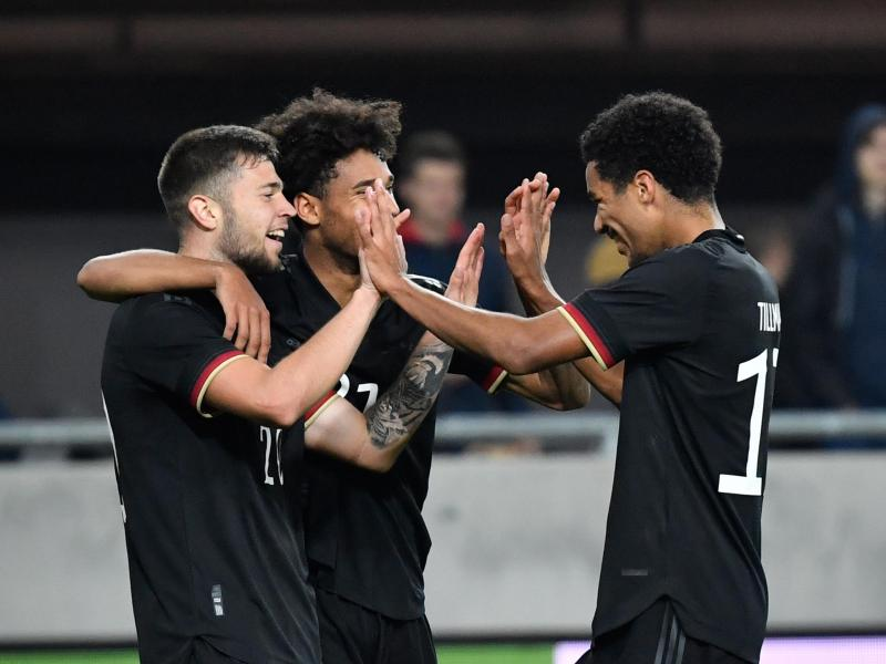 Erik Shuranov (l-r) bejubelt sein Tor zum 3:1 für Deutschland gegen Ungarn mit Kevin Schade und Malik Tillman. Foto: Marton Monus/dpa