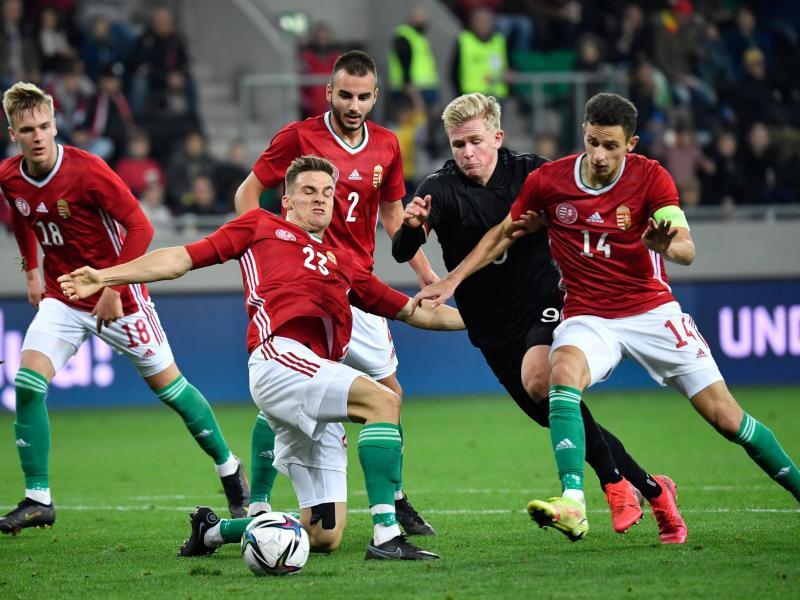 Jonathan Burkardt (2.v.r.) versucht gegen mehrere Ungarn an den Ball zu kommen. Foto: Marton Monus/dpa