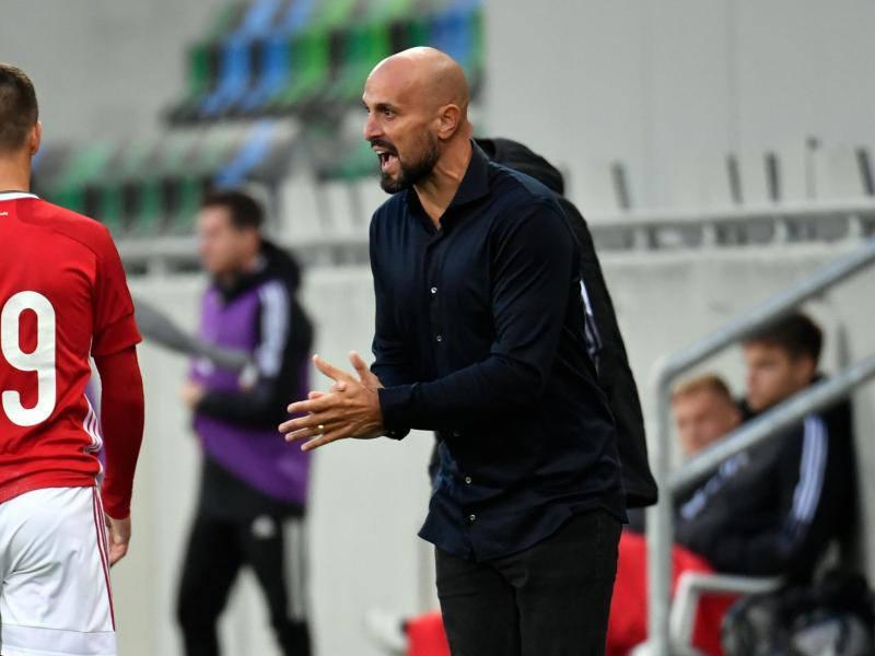 Deutschlands Trainer Antonio Di Salvo (r) feuert die Spieler von der Seitenlinie aus an. Foto: Marton Monus/dpa