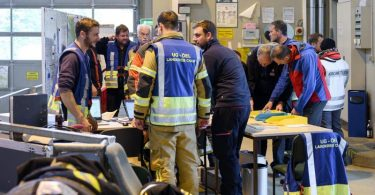 Das Einsatzteam in der Einsatzzentrale der Rettungsaktion an der Grenze zwischen Bayern und Tschechien. Nach zwei Nächten in dem riesigen Waldgebiet ist die achtjährige Julia lebend gefunden worden. Foto: Vogl Daniel/dpa