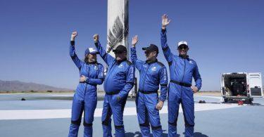 Die Passagiere der «New-Shepard»-Rakete von Blue Origin:Audrey Powers (l-r), William Shatner, Chris Boshuizen und Glen de Vries. Foto: Lm Otero/AP/dpa