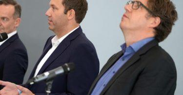 Volker Wissing (l-r), FDP-Generalsekretär, Lars Klingbeil, SPD-Generalsekretär, und Michael Kellner, Bundesgeschäftsführer von Bündnis 90/Die Grünen. Foto: Kay Nietfeld/dpa