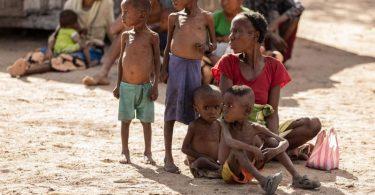 Marisoa und ihre Kinder leiden aufgrund des Nahrungsmangels in Madagaskar an Unterernährung. (Archivbild). Foto: Tsiory Andriantsoarana/WFP/dpa