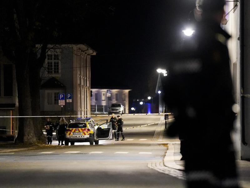 Polizisten ermitteln im Zentrum von Kongsberg nach einer Gewalttat. Foto: Håkon Mosvold Larsen/NTB/dpa