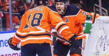 Leon Draisaitl (r) feiert mit Teamkollege Zach Hyman den Sieg der Edmonton Oilers. Foto: Jason Franson/The Canadian Press/AP/dpa