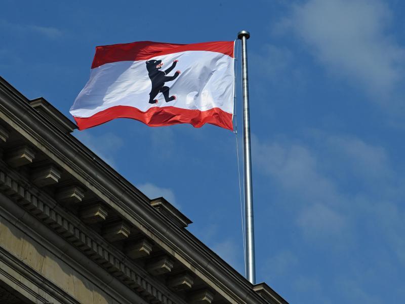 Die rot-weisse Flagge der Stadt mit dem Berliner Bären weht auf dem Dach des Abgeordnetenhauses. Foto: Soeren Stache/dpa