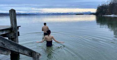 Brr, ganz schön frisch hier: Ein Bad in einem eiskalten See soll den Körper abhärten. Foto: Valentin Gensch/dpa/dpa-tmn