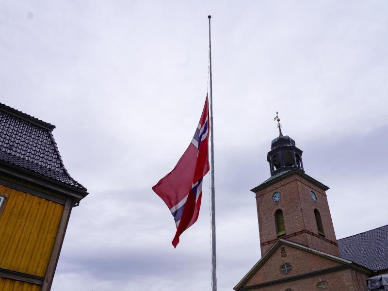 Eine Fahne weht in der norwegischen KLeinstadt auf Halbmast. Foto: Terje Bendiksby/NTB/dpa