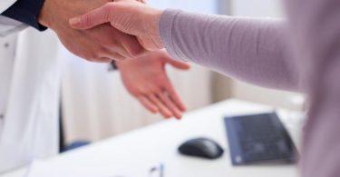 Menschen mit seltenen Demenzformen haben zu Beginn der Erkrankung oft Schwierigkeiten, sich in ihrem Alltag zurechtzufinden. Foto: Christin Klose/dpa-tmn