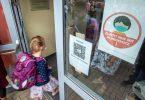 Ein Kind geht mit Maske in eine Schule. Das Robert Koch-Institut (RKI) registriert in einzelnen Regionen Deutschlands besonders viele Corona-Ansteckungen bei Kindern und Jugendlichen. Foto: Jens Büttner/dpa-Zentralbild/dpa