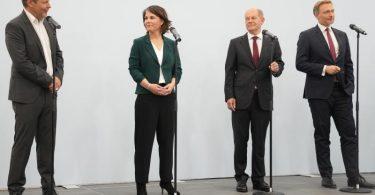 Robert Habeck (l-r), Annalena Baerbock, Olaf Scholz und Christian Lindner auf der Pressekonferenz nach den Sondierungsgesprächen. Foto: Kay Nietfeld/dpa