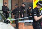 Schwerbewaffnete Polizeibeamte am Tatort in der Nähe der Belfairs Methodist Church, wo der konservative Abgeordnete David Amess zum Opfer eines Messerangriffs wurde. Foto: Nick Ansell/PA/dpa