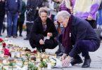 Jonas Gahr Støre (r), Ministerpräsident von Norwegen, legt bei seinem Besuch in Kongsberg Blumen für die Opfer eines Attentats nieder. Foto: Terje Bendiksby//dpa
