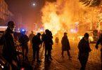 Aus Protest gegen die Räumung des Wagencamps «Köpi-Platz» in Berlin sind am Freitagabend in Hamburg nach Polizeiangaben etwa 500 Demonstranten aus der linksautonomen Szene auf die Straße gegangen. Foto: Jonas Walzberg/dpa