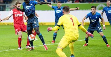 Hoffenheims Ihlas Bebou (2.v.l) erzielt gegen Kölns Torhüter Timo Horn das 2:0 - die Vorentscheidung im Freitagsspiel. Foto: Uwe Anspach/dpa