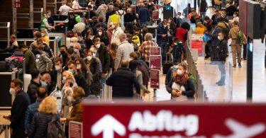 Mehrere Flughäfen in Deutschland erwarten an diesem Wochenende eine weitere starke Reisewelle. Foto: Monika Skolimowska/dpa-Zentralbild/dpa