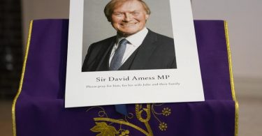 In der katholischen Kirche St. Peters in Leigh-On-Sea findet eine Mahnwache für David Amess statt. Foto: Alberto Pezzali/AP/dpa