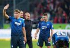 Hoffenheims Robert Skov, Trainer Sebastian Hoeneß, Benjamin Hübner und Georginio Rutter (l-r) feiern nach der Partie. Foto: Uwe Anspach/dpa