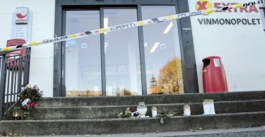 Vor einem Geschäft, das in die Gewalttat in der norwegischen Kleinstadt Kongsberg verwickelt war, stehen Blumen und Kerzen. Foto: Terje Bendiksby/NTB/AP/dpa