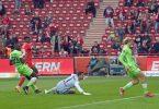 Wolfsburgs Verteidigung kann das Gegentor durch Unions Taiwo Awoniyi (2.v.l.) nicht verhindern. Foto: Matthias Koch/dpa