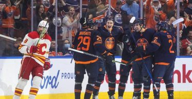Leon Draisaitl (l, 29) feierte mit den Oilers den zweiten Saisonsieg. Foto: Jason Franson/The Canadian Press/AP/dpa