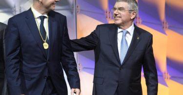 Zwischen FIFA-Boss Gianni Infantino (l), und IOC-Chef Thomas Bach besteht offenbar Redebedarf. Foto: Laurent Gillieron/KEYSTONE/dpa