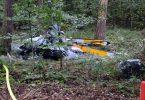 Trümmerteile eines Hubschraubers vom Typ Robinson R44 liegen in einem Wald bei Buchen in Baden-Württemberg. Foto: Julian Buchner/Einsatz-Report24/dpa
