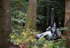 Trümmerteile eines Hubschraubers vom Typ Robinson R44 in einem Wald in Buchen. Foto: Sebastian Gollnow/dpa
