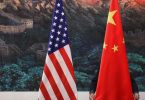 Flaggen der Vereinigten Staaten und der Volksrepublik China. Foto: Feng Li / Pool/GETTY IMAGES / POOL/dpa