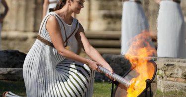 Im antiken Olympia wird bei einer Zeremonie das Feuer für die Winterspiele in Peking entfacht. Foto: Thanassis Stavrakis/AP/dpa