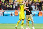Dortmunds Erling Haaland (l) und Trainer Marco Rose umarmen sich nach einem Sieg. Foto: Rolf Vennenbernd/dpa
