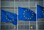 Flaggen der Europäischen Union wehen im Wind vor dem Berlaymont-Gebäude in Brüssel. Die EU-Kommission will die Haushaltsregeln für Mitgliedstaatn nach der Aufnahme von Rekordschulden in der Corona-Pandemie vereinfachen. Foto: Arne Immanuel Bänsch/dpa